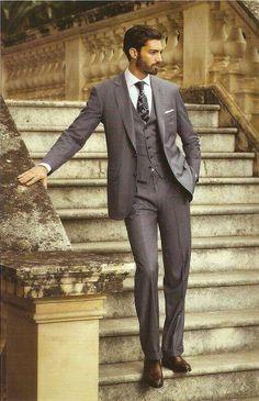 グレースーツに柄のブラックタイを合わせた着こなし。