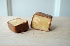 chokolade og smaa soede sager fudge med peanuts overtrukket med lys chokolade
