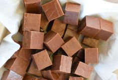 The best milk chocolate fudge (Only 3 ingredients! Parfait Desserts, Easy Desserts, Dessert Recipes, Nutella, Traditional Christmas Food, Healthy Holiday Recipes, Vegetable Drinks, Chocolate Fudge, Toffee