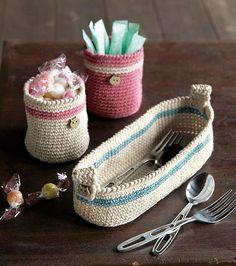 Obiecte decorative handmade - Idei creative DIY Crosetatul face parte din acele indeletniciri care necesita multa migala. Idei de obiecte decorative handmade frumoase si utile http://ideipentrucasa.ro/obiecte-decorative-handmade-idei-creative-diy-2/