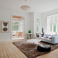 Un grand salon contemporain et chaleureux