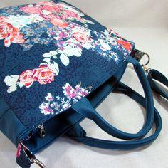 Viktorie-+květiny+na+modré+menší+kabelka+pro+každodenní+použití+ušitá+z+koženky+v+modrotyrkysové+barvě+a+bavlněné+látky+s+motivem+květinek+kabelka+má+ucha+k+nošení+v+ruce+kabelka+má+uvnitř+bavlněnou+látku+kabelka+je+vyztužená+ronarem+mezi+díly+je+všitý+pruh+který+se+rozšiřuje+uvnitř+jsou+dvě+různě+velké+kapsy+menší+zipová+kapsa+kabelka+má+zapínání+na...