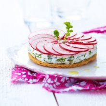Herb cheese tart with radish How To Cook Ham, How To Cook Rice, Food Design, Gazpacho, Timbale Recipe, Cheese Recipes, Snack Recipes, Big Tasty, Salad Cake