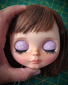 Megan, mi primera custom Blythe ahora es mi primer recustom. Ya está casi lista y espero que su mami quede muy contenta con ella  ________________________ #Sonydolls #blythedoll #custombysony #customblythe #blythe #dollphotography #dolls #muñeca #toyphotography #carving #makeup #lilac #bigeyes #wednesday #blytheaday #dollmaker #instablythe #toys #toystagram #lalki #dollartist #blythestagram #redone #wip #workinprogress #brownhair #babyface #lips #Megan