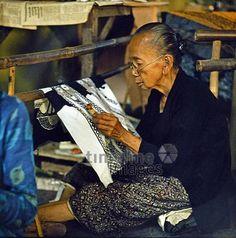 Alte Frau batikt auf Bali, 1974 hwh089/Timeline Images #70s #70er #colorphotography #retro #nostalgic #vintage #historisch #historical #indonesia #indonesien #bali #old #alt #frau #batik #handarbeit #crafting #craft #alltagsleben #dailylife #work #working #arbeit #motiv #muster #nähen #sewing #sew #taylor #schneiderin #schneider #sitzen #sit #sitting #traditionell #traditional #tradition #sticken #embroider #embroidery #stickerei #tuch #scarf