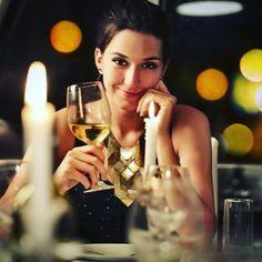 Ce premier rendez-vous se déroulait tellement bien. Le repas était parfait. L'ambiance sensuelle. Le vin capiteux. Alors, elle leva les yeux sur lui... elle voulait tellement percer son regard, lui faire sentir sa flamme...  Oui, mais bon, c'était sans compter sur ses verres de lunettes absolument opaques, dégueu, quoi. Le gars, franchement, comment il faisait pour voir quoi que ce soit ?  Elle, elle connaissait le secret. Elle s'était fait opérer de la vue, il y a 3 ans. Lui ? Goodbye.