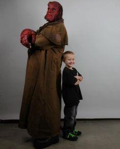 Criança se transforma no personagem Hellboy