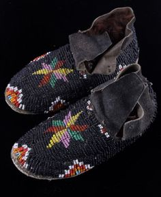 Child's Black Perlen Mokassins Cheyenne Child's Black Be North American Tribes, Native American Baby, Native American Moccasins, Native American Clothing, Native American Crafts, Native American Artifacts, Native American Indians, Native Americans, Native Indian