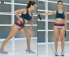 Remada unilateral + extensão de tríceps + elevação lateral >> (A) Em pé, perna direita estendida para trás e esquerda fexionada à frente, com o pé em cima do elástico. Segure as manoplas e o braço estendido para baixo. Incline o tronco um à frente. Flexione o cotovelo para trás, trazendo a mão em direção à cintura, estenda o braço para trás e volte. Faça 20X (B) Pise com os pés no meio do elástico e segure uma manopla em cada mão. Eleve um braço estendido até a linha dos ombros e volte…