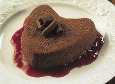 Corazón de chocolate cremoso con salsa de fresas