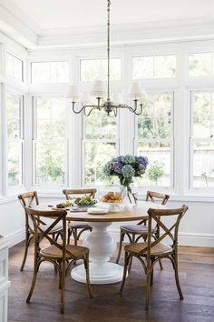 This beautiful home shows how to decorate your home in the Hamptons style with a classic Hamptons kitchen and living room filled with coastal decorating ideas Hamptons Style Decor, The Hamptons, Hamptons Style Bedrooms, Hamptons Living Room, Classic Home Decor, Classic House, Modern Classic, Modern Farmhouse Kitchens, Dining Room Design