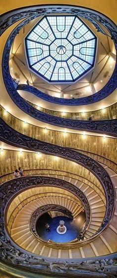 La monumentale scala a doppia spirale elicoidale ideata da Giuseppe Momo per i Musei Vaticani e inaugurata il 7 dicembre 1932. Foto di Silvio Zangarini