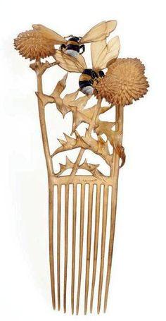 Lucien GAILLARD Peigne 'Abeilles' en corne et email, Musée des Arts Décoratifs, Paris. (hva)