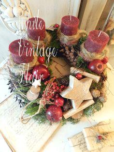 Wunderschöner, großer Adventskranz. In Natur / grün / rot gehalten ..... Die Unterlage ist ein Kranz aus geäst und duftendem Koniferengrün der mit Ochsenblutroten Kerzen garniert ist,...