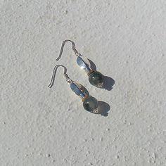 Brincos Ref.ª#B056 (peça única) Material utilizado em prata, pedras naturais ágata em tons verde e cortiça cor natural, 5,7 cm de comprimento.