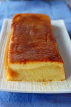 Flan Cake (in French) le caramel : - 5 càs de sucre,  - 5 càs d'eau.  le flan : - 4 jaunes d'oeufs,  - 80 g de sucre,  - 1 sachet de sucre vanillé, - 300 ml de lait.  le gâteau : - 1 yaourt nature,  - 1 pot de yaourt de farine,  - 1 pot de sucre,  - 1/2 pot d'huile,  - 1 sachet de levure chimique,  - 2 oeufs.