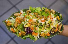 Ensalada de mejillones con vinagreta de pistachos.Receta diferente y deliciosa Lettuce, Vegetables, Food, Pistachio, Vinaigrette, Seafood, Christmas Eve Dinner, Mussels, Dinners