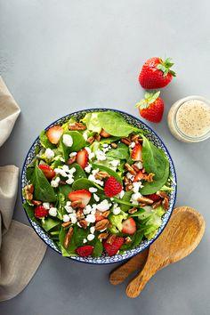 Rapides à préparer, les salades composées sont les reines de l'été. Découvrez nos 15 plus belles salades de saison aussi délicieuses que légères ! 🥗  #salade #saladeauxfraises #fraises #noix #fromage #saladedesaison #fromagedechèvre #épinards #bienmanger #alimentationsaine #mangersain #sain #naturel #bio #fruits #légumes #saison #été #salad #healthyfood #healthy #healthylifestyle #cuisinesaine #dietfood #diététique #minceur #alicament #apports #nutrition Nutrition, Avocado Toast, Serving Bowls, Breakfast, Tableware, Kitchen, Food, Parfait, Nice Salad