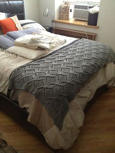 This Brooklyn Tweed Umaro Afghan has such great stitch definition knit in Valley Yarns Northampton Bulky. Ravelry: TheCommuterKnits' Aster Place Afghan