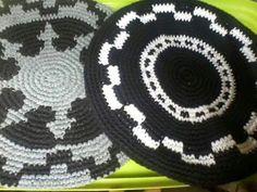 Boinas Crochet Cape Pattern, Ely, Hats, Ideas, Crochet Bows, Knitting Machine, Crochet Slippers, Knitting Needles, Scarves