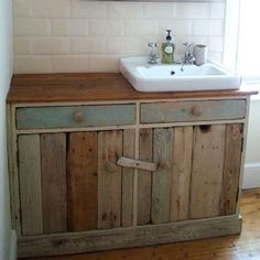 The Best DIY Pallet Projects for Your Bathroom – Crafts and DIY Ideas – Diy Bathroom İdeas Pallet Vanity, Pallet Bathroom, Bathroom Crafts, Diy Bathroom Vanity, Rustic Bathroom Vanities, Diy Vanity, Bathroom Styling, Remodel Bathroom, Small Bathroom