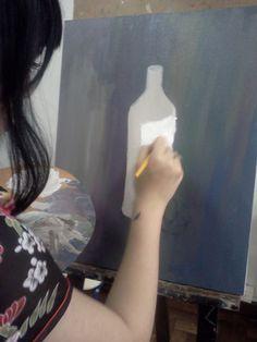 Pintura com cores primárias e branco,  com modelo garrafa branca e fruta