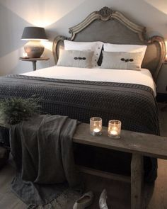 Een bank aan het voeteneind van een bed blijf ik een mooie en handige sfeermaker vinden. Je moet er natuurlijk ruimte voor hebben. Anders kan je beter werken met een bankje aan een zijkant. Plaid en lichtjes erop en je mooiste schoenen eronder voor de persoonlijke touch #slaapkamer #bedroom #landelijkwonen #landelijkestijl #wonenlandelijkestijl #stijlvolwonen #interieur #interieurinspiratie #wooninspiratie #kussens #bankje #plaid #sfeerlichten #kruiklamp #wijntafel #eigencollectie…