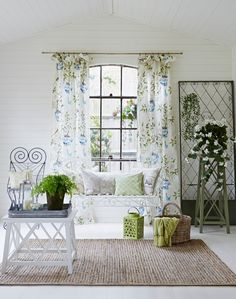 Floral fabric and neutral linens effortlessly combine to create a wonderful conservatory space that brings the outdoors in… perfect for bringing that spring time feeling into the home