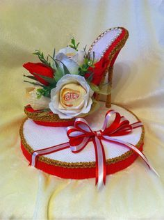 Idea for gift:Tim of cookies with shoe Shoe Crafts, Sewing Crafts, Floral Centerpieces, Floral Arrangements, Victorian Christmas Decorations, Aluminum Foil Art, Recycled Paper Crafts, Paper Shoes, Decorated Shoes