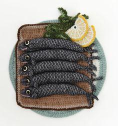 Amazing knitted fish from Kate Jenkins. #KateJenkins #KnittedArt #Crochet