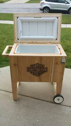 Awesome Harley davidson bikes images are offered on our internet site. Deck Cooler, Wood Cooler, Pallet Cooler, Cooler Stand, Outdoor Cooler, Diy Wood Projects, Wood Crafts, Woodworking Projects, Wooden Ice Chest