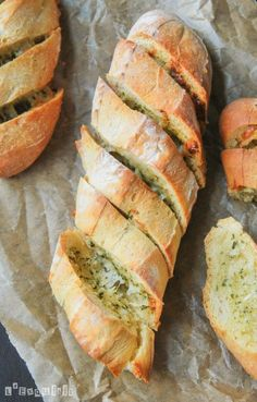 Baguettes with parmesan and garlic butter I Love Food, Good Food, Yummy Food, Tasty, Pan Relleno, Breakfast Crepes, Dinner Rolls Recipe, Spanish Tapas, Pan Bread