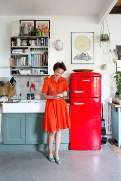 Cuisine, meuble gris vert #frigo rouge ! Adding to my wish list -- a #ricotta red inspired kitchen <3