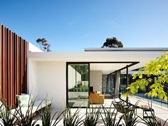 White, black & wood, green exotic plants, light blue pool & sky... Grand Designs Australia - Series 2-Episode 1: Brighton Sixties | LifeStyle Channel Modern Exterior, Exterior Design, Exterior Rendering, Grand Designs Australia, Architecture Courtyard, Architecture Design, Mid Century Modern Design, Modern House Design, Indoor Outdoor