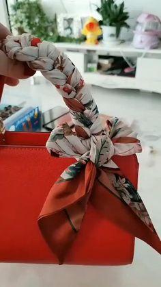 Ways To Tie Scarves, Ways To Wear A Scarf, How To Wear Scarves, Scarf On Bag, Lace Scarf, Diy Fashion Hacks, Fashion Ideas, Fashion Art, Fashion Tips