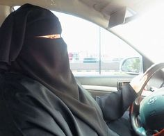 Le PM Couillard affirme que les musulmanes devraient pouvoir porter le niqab ou la burqa pendant leur examen de conduite, malgré la nouvelle loi.