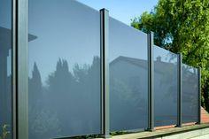 Wind- und Sichtschutz Modell GLARUS. Pfosten in eisenglimmer, Glas grau satiniert.