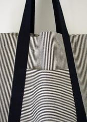 Turn dirt-hiding denim stripes and neutrals into strong, useful bags for shopping and beyond with this railroad tote tutorial! Turn dirt-hiding denim stripes and neutrals into strong, useful bags for shopping and beyond with this railroad tote tutorial! Sacs Tote Bags, Tote Purse, Diy Tote Bag, Sewing Crafts, Sewing Projects, Tape Crafts, Fabric Crafts, Diy Crafts, Diy Sac