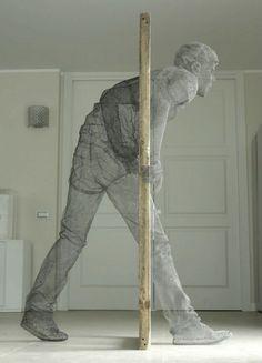 Edoardo Tresoldi est un sculpteur scénographe italien qui vit et travaille à Rome. C'est avec une grande dextérité et un réel talent que l'artiste modèle ses personnages faits de grillage.
