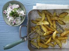 Gebackene Kartoffelspalten - mit Gemüse-Quark-Dip - smarter - Kalorien: 280 Kcal - Zeit: 40 Min. | eatsmarter.de Kartoffelspalten sind viel besser als Pommes mit Majo: leichter, gesünder und dreimal so lecker!