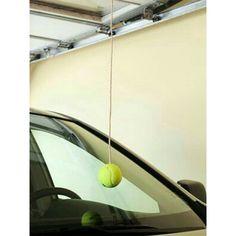 A melhor ideia ever!!! Tem garagem apertada? Então se liga nessa dica. 1-Estacione seu carro normalmente. 2- amarre no teto uma linha grossa ou un barbante, e, na ponta, uma bolinha de tennis. A bolinha deve tocar no parabrisa do carro. Pronto. Toda vez que for estacionar, assim que a bolinha tocar o parabrisa é hora de parar. Adiciona aqui em baixo seus amigos. #euorganizo #organizafacil #ideia #dicalegal