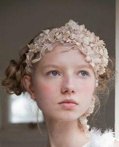 Tocados y velos de novia // Bridal headpieces & Veils:  Adoras el encaje? Palm maison diseña estos preciosos tocados  #tocadosparanovia