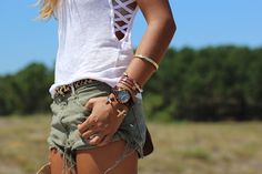 street_style-beach_look-outfit-summer-ripped_shorts-look-flats-khaki-pink-hat-chain_bag-brown-Rayban_clubmaster-verano-sombrero-canotier-trendy_taste by Trendy Taste, via Flickr