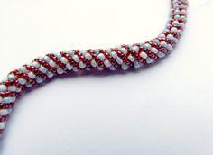 Une technique de base simple, pour réaliser de jolis cordons pour les colliers, ou à monter en bracelets.