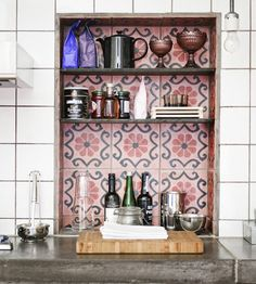 Use contrasting tiles in the backsplash lining of a special nook or cranny to add depth and dimension to your interior. Here the spark between Moroccan and subway tiles creates some heat that CAN stand the kitchen. Kitchen Tiles, Kitchen Dining, Kitchen Decor, Kitchen Nook, Kitchen Storage, Kitchen Shelves, Design Kitchen, Rustic Kitchen, Eclectic Kitchen