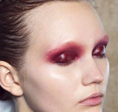 or this. glossy eyes is a trend + it looks a bit messy but chic. I can try it with dark lipstick/pencil and lipgloss.