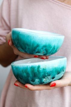 Trend spotted at the Maison et Objet trade fair last September and confirmed during the last session a few weeks ago, handcrafted ceramics is part of a search for authenticity and a return to strong values. Pottery Painting, Ceramic Painting, Ceramic Art, Pottery Bowls, Ceramic Bowls, Ceramic Pottery, Earthenware, Stoneware, Pot A Crayon