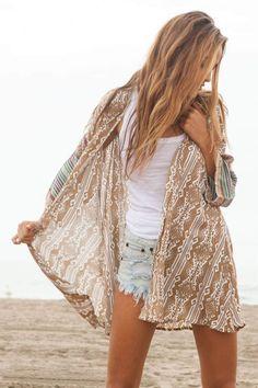 top blanc, short en jean bleu clair et kimono beige à motifs blancs - mode hippie chic pour l'été
