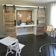 DIY Sliding Barn Door Hidden Study , Free Plans and tutorial to create an amazing DIY Sliding Barn Door Hidden Desk System. Perfect home office piece! Detailed instructions and photos! Hidden Desk, Built In Desk, Diy Barn Door, Sliding Barn Door Hardware, Sliding Door, Interior Barn Doors, Home Interior, Diy Closet System, Cheap Barn Doors