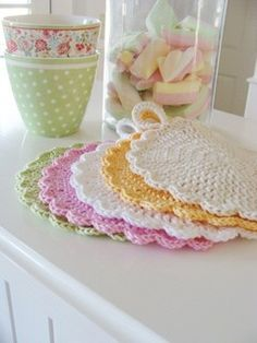 Topflappen by Versponnenes - free pattern. Pattern will need translating from German. Mode Crochet, Crochet Gratis, Crochet Home, Knit Or Crochet, Filet Crochet, Crochet Baby, Crochet Potholder Patterns, Crochet Dishcloths, Crochet Doilies